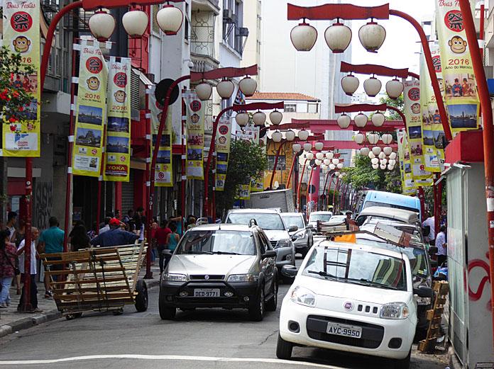 Foto van straat met Japanse straatlantaarns