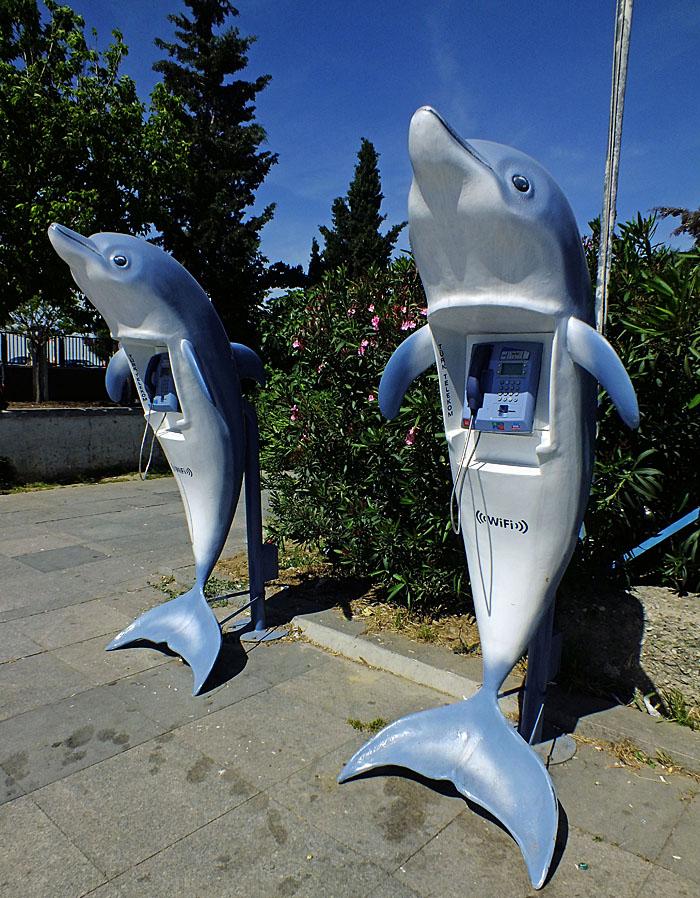 Foto van openbare telefoon in dolfijnvorm