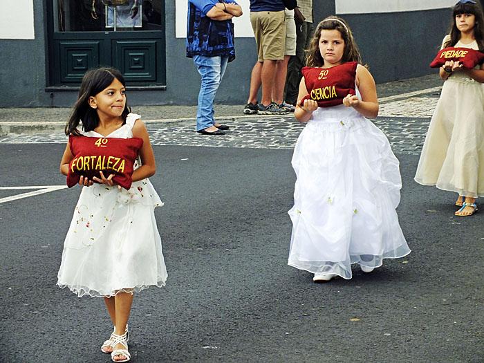 Foto van kinderen in processie