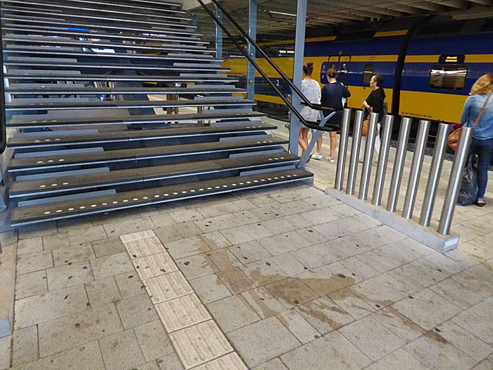 Foto van vuil perron bij trappen Utrecht CS