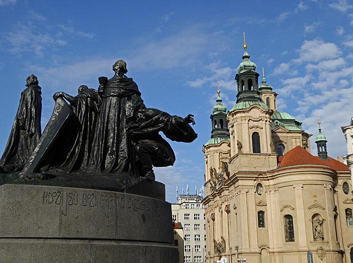 Foto van standbeeld nabij grote kerk