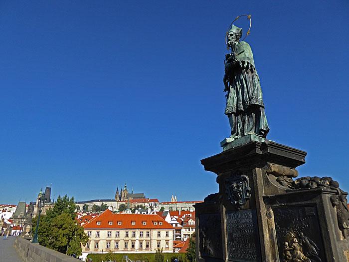 Foto van beeld van heilige op brug