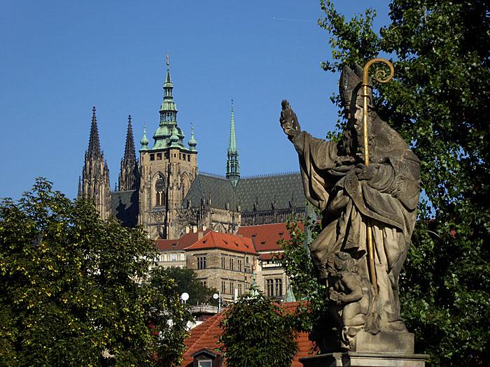 Foto van heiligenbeeld en grote kerk