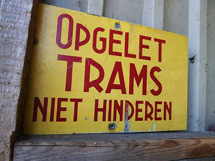 Foto van bordje met: 'Opgelet Trams Niet hinderen'