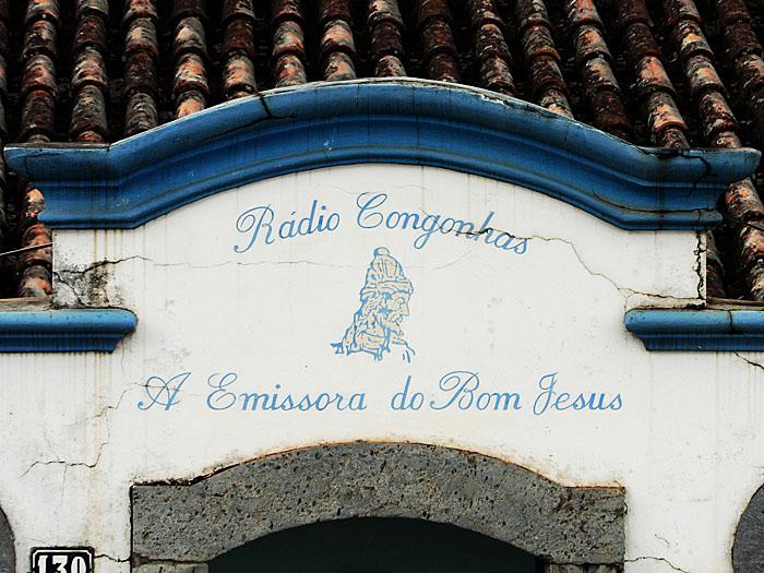 Foto van naam van radiostation boven deur